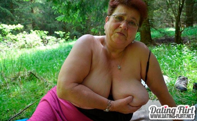 Alte Oma mit dicken Titten