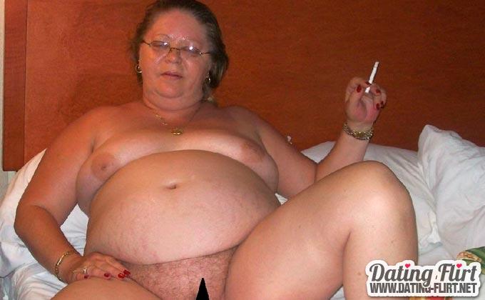 Rauchende Oma mit behaarter Muschi